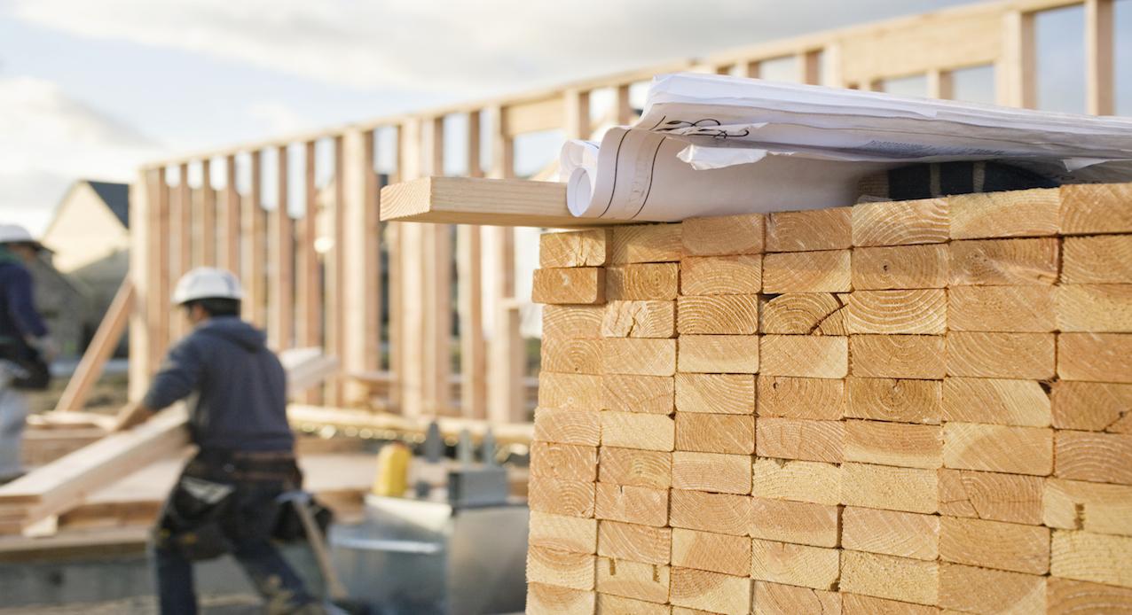Transport materiałów budowlanych.